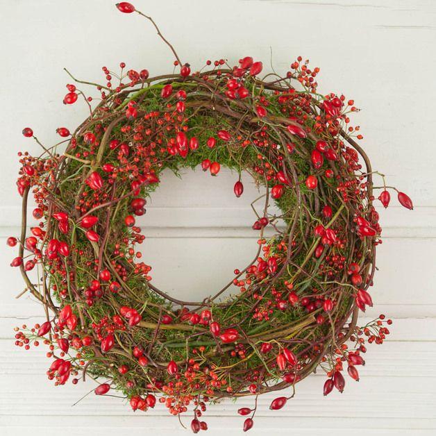 Dieser große, rot-grüne Kranz ist eine ganz besondere Herbst Deko. Er zaubert  mit eindrucksvoller Leuchtkraft eine  nostalgisch- verwunschene Stimmung an Ihre Tür oder Wand. Die vielen kleinen...