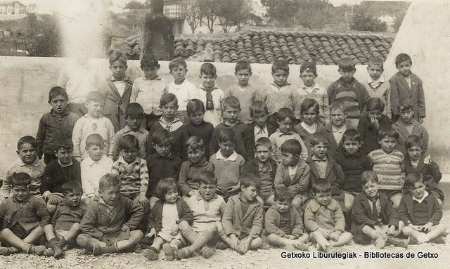 Portuko moja ikastetxeko ikasle taldea / Grupo de alumnos del Colegio del Puerto, 1931 (ref. 02679)