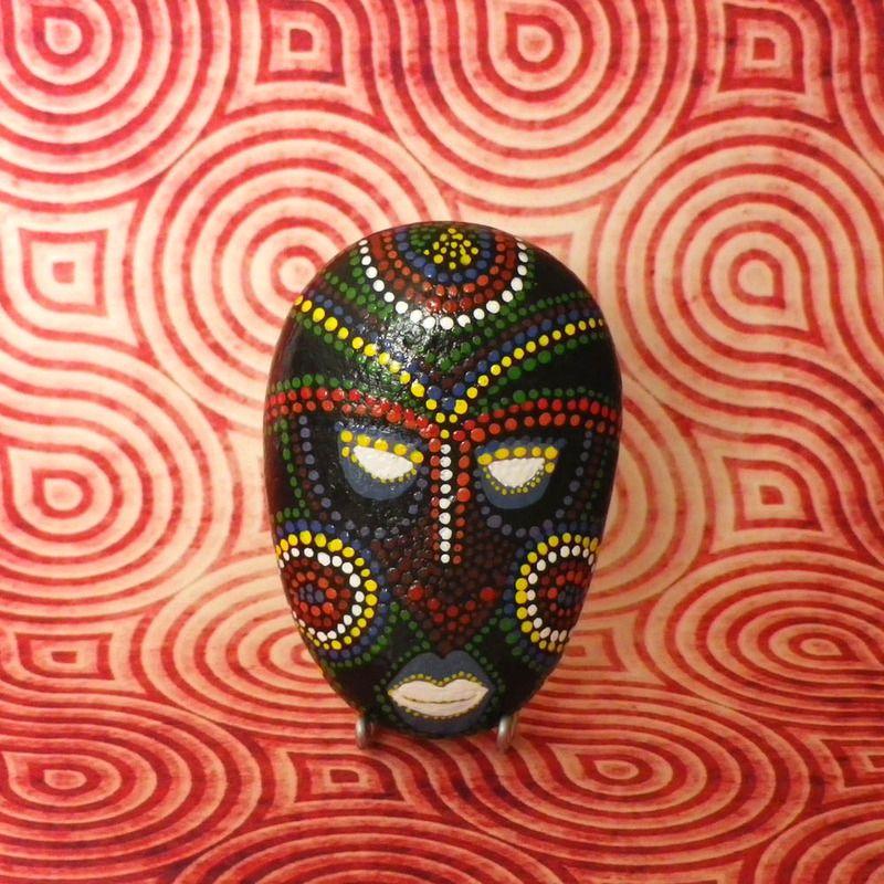 galet peint masque africain tableaux peintures photo 1. Black Bedroom Furniture Sets. Home Design Ideas