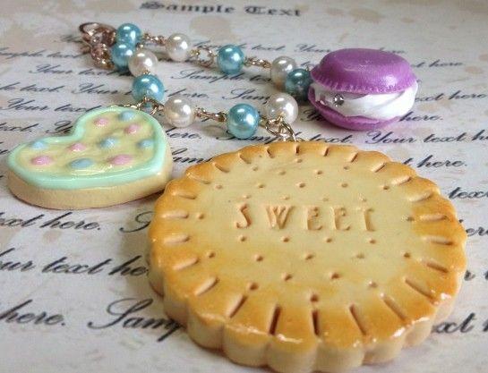 大きいクッキー・アイシングクッキー・マカロンを樹脂風粘土で作って、バッグチャームにしました♪・バッグチャームの長さ:全長約21㎝・チャームの大きさ(クッキー)...|ハンドメイド、手作り、手仕事品の通販・販売・購入ならCreema。