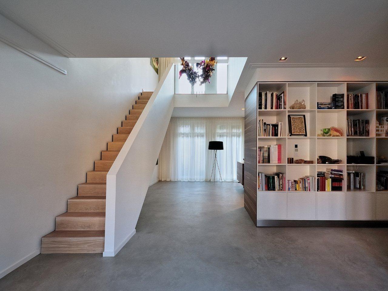 Betonnen vloer witte muren houten trap hal pinterest witte muren houten trap en trappen - Interieur houten trap ...