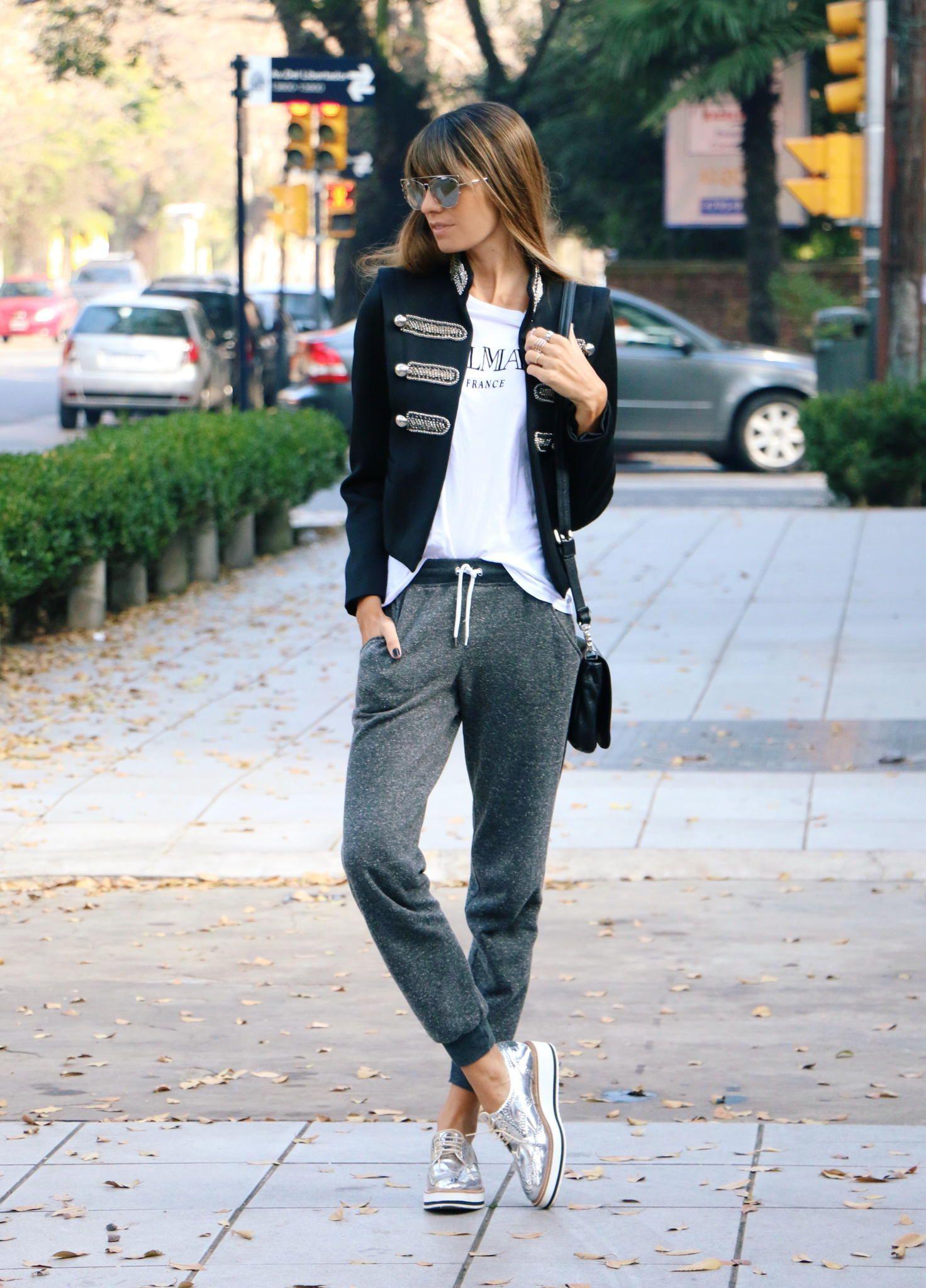 new arrival b8458 e117b Chica usando unos jogger pants de color gris con una chaqueta de color negro