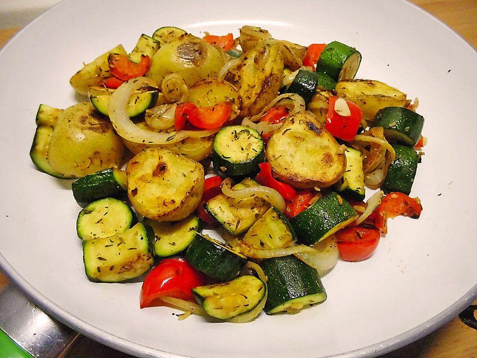 Sommerliche Gemüsepfanne mit kleinen Kartoffeln