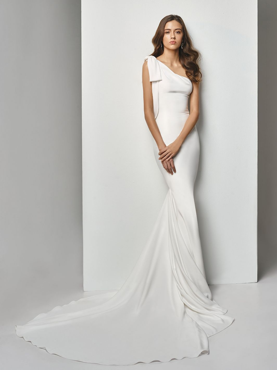 Mermaid Wedding Dress For The Minimalist Bride Looking For A Sleek And Simple Gown Bt19 Enzoani Wedding Dresses Size 12 Wedding Dress Stunning Wedding Dresses
