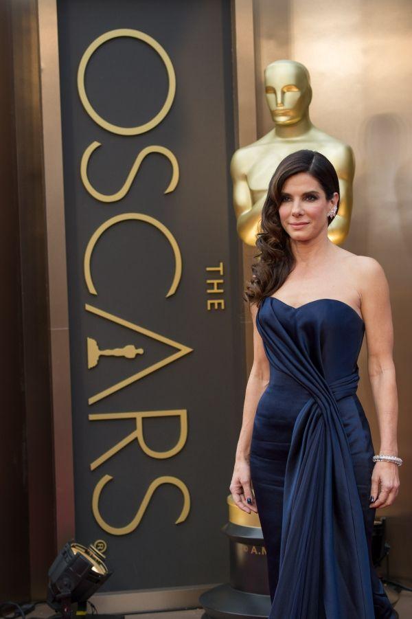 Sandra Bullock con un vestido en azul noche de Alexander McQueen y espectacular a punto de cumplir | HISPABODAS