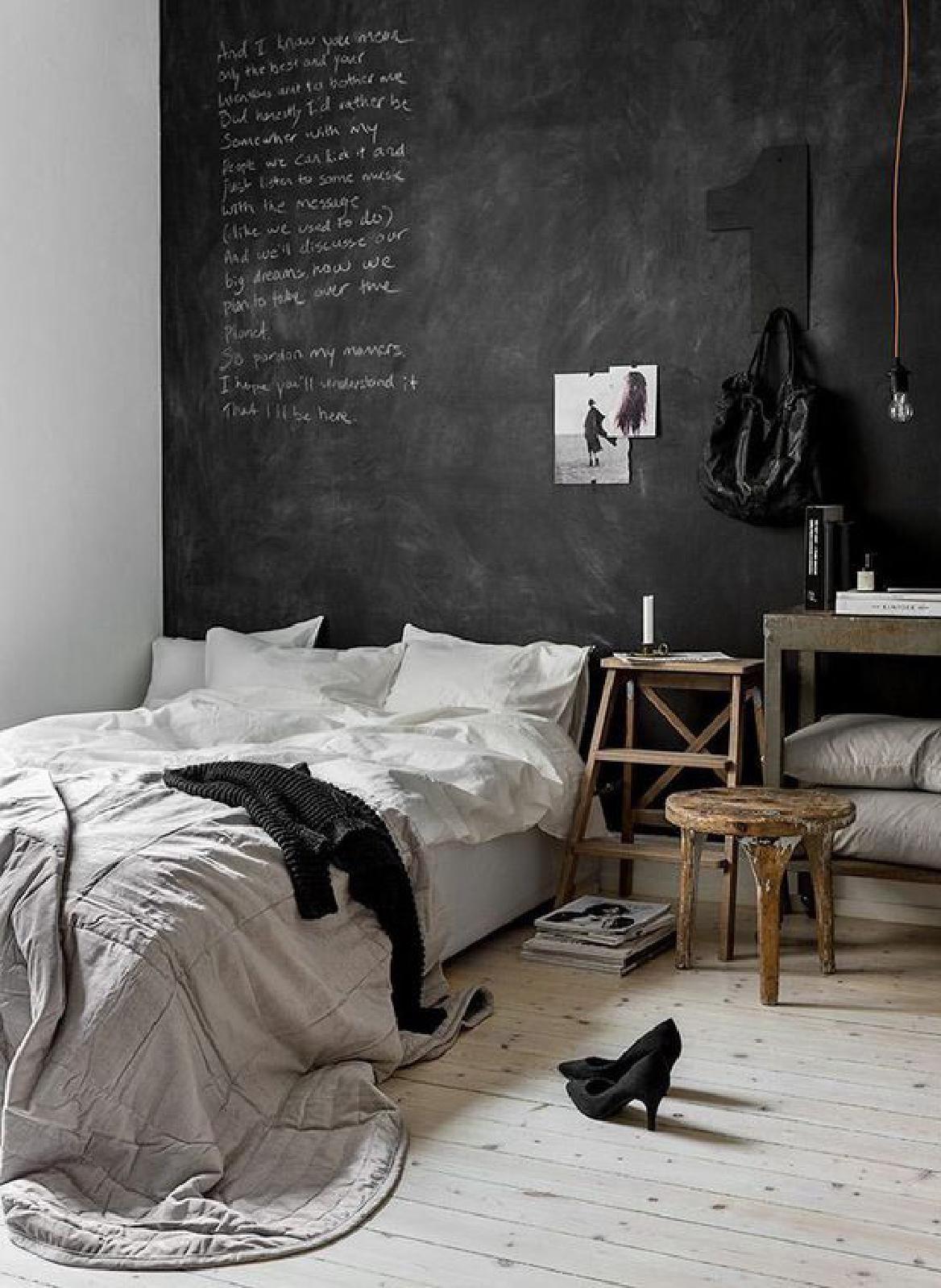 Un mur d\'ardoise vient surplomber une chambre design | Chambre | Mur ...