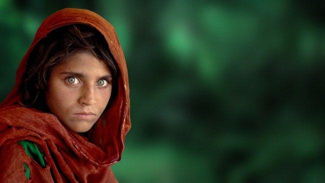 Sharbat Gula, Niña afgana de la etnia pashtún, que huyo de Afganistán a Pakistán, fotografiada por Steve McCurry, del National Geographic.