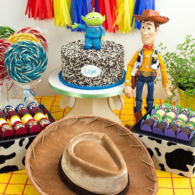 a05bc6e3698 Bom dia com nosso kit de bolo e docinhos que você compra online na   festeirice e recebe em casa. No site você aluga também a decoração para  fazer uma mesa ...