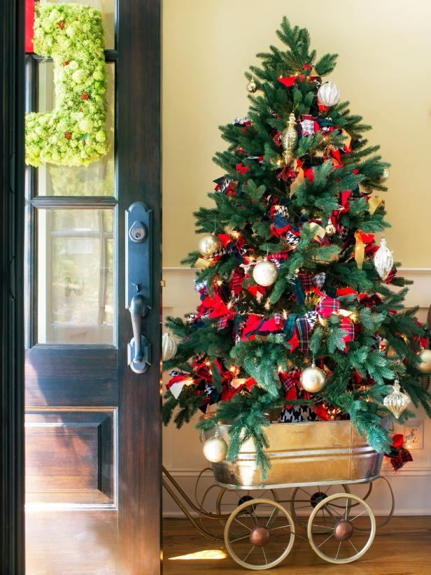 Spruce Up Your Entryway For The Holidays With These 15 Festive
