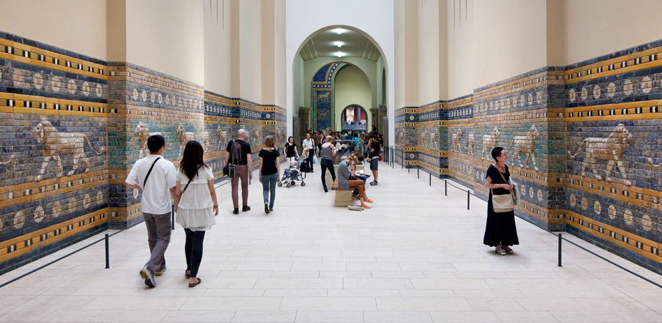 Besucher In Der Rekonstruierten Prozessionsstrasse Von Babylon Im Pergamonmuseum Museum Museum Insel Berlin