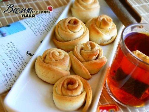 طريقة عمل وردات السينابون Arabic Food Food Desserts