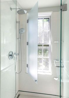 Dusche Vor Fenster Badezimmer Einbauen Installieren Sichtschutz Milchglas Rollos Folien Fensterflugel Luft Window In Shower Bathroom Windows Bathroom Makeover