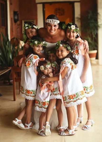 the bride with her flower girls / wedding planning yucatan, mexico