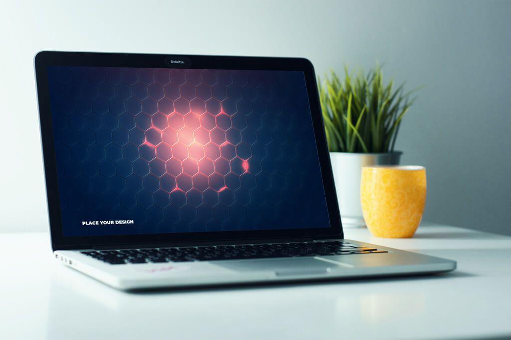 Download gratis macbook on home desk mockup