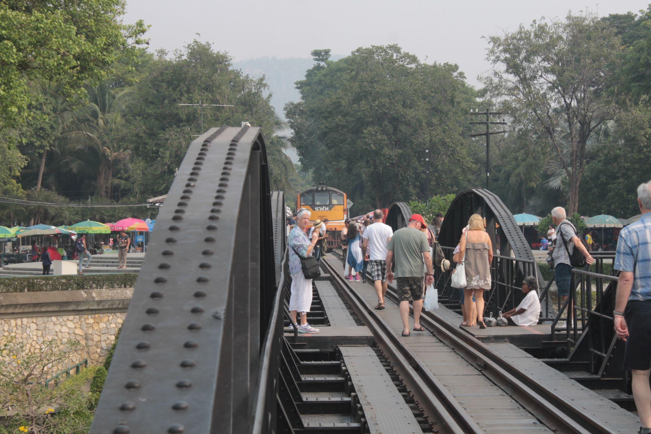 El tren esperando a que se aparten los turistas