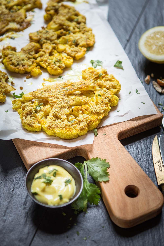 Blumenkohl aus dem Ofen mit Nusskruste und Curry-Aioli