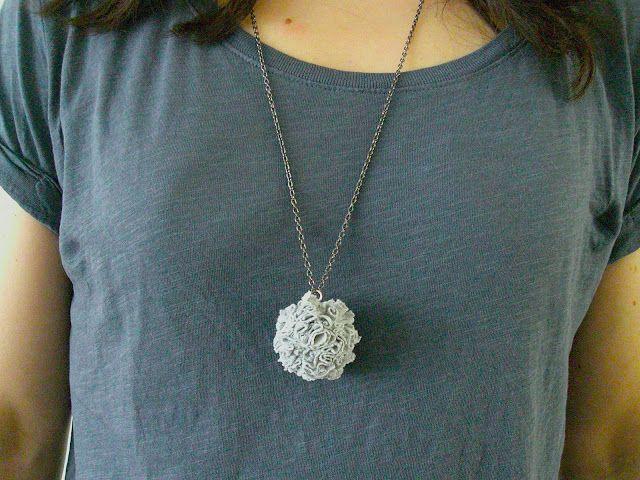 DIY : un pendentif pompon en trapilho - le trapilho est le fil de jersey que l'on obtient en recyclant un vieux t-shirt