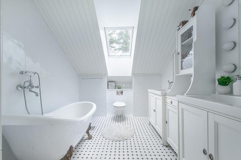 kylpyhuone-sisustus-valkoinen-hurmaa