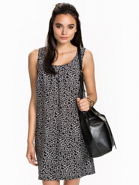 Nelly.com: Linca S/L Dress - Jacqueline de Yong - vrouw - Zwart. Iedere dag nieuwe artikelen. Meer dan 800 merken. Oneindig veel variatie.