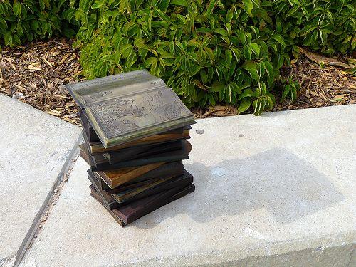 Statue a forma di libro / Book statue