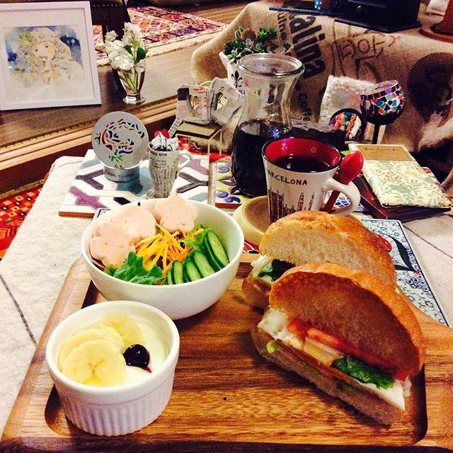 shah_kei=Today's Breakfast=Ham&Eggs Burger ハムエッグバーガーとサラダ♪今日も美味しく朝ご飯が食べられることに感謝して〜(^_^) #朝ご飯 #朝ごはん #ハムエッグバーガー #モーニング #コーヒー好き #コーヒータイム #コーヒーおいしい #コーヒーカップ #カッティングボード #料理写真 #おうちカフェ #イラストレーション  #breakfasttime #homecafe #hamandeggsburger #burger #salads #cutboard #coffeetime #coffeelovers #handdripcoffee #coffeecup #illustrations #instafood #foodphoto #instafollowers #instagramjapan #follow4followback #follow4follow