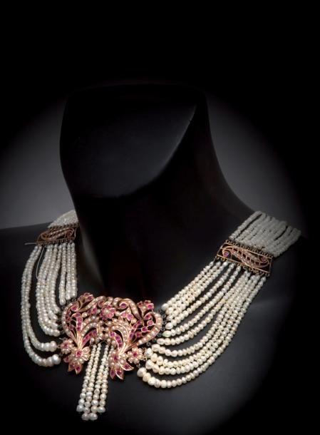 Grande parure en pomponne à motifs indiens ornés de pierres synthé-tiques et de perles. Elle comprend un bracelet, un collier et une bague. (accidents et manques). ci-dessus et page 53 - Kapandji Morhange - 26/11/2014