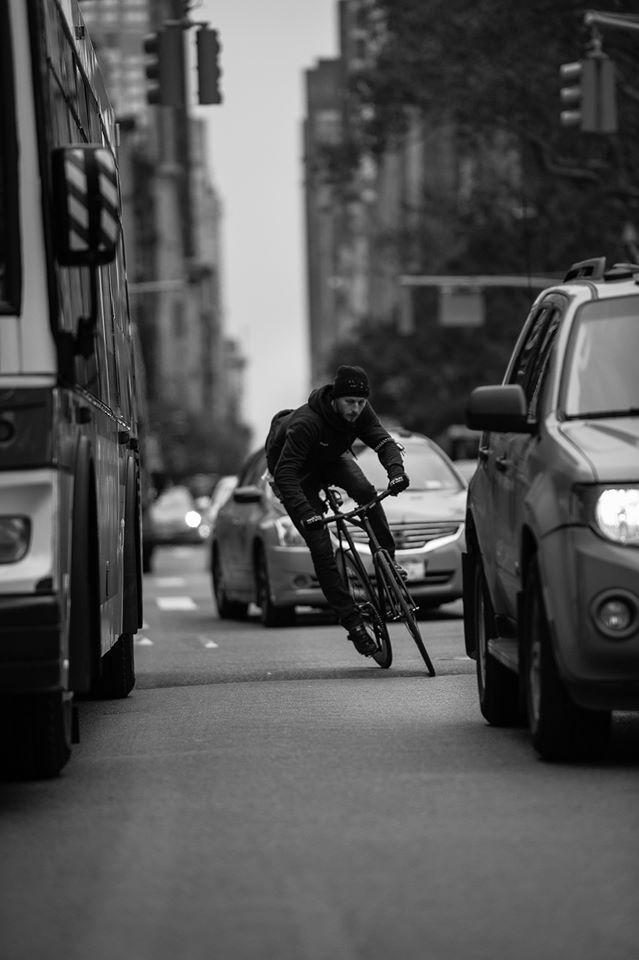 Fixie Rider In Traffic Bicicleta Ciclismo De Estrada