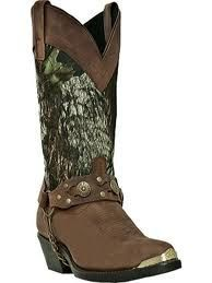 I've seen camo cowgirl boots before but never as cute as these, the only thing I don't like is the chain at the bottom!