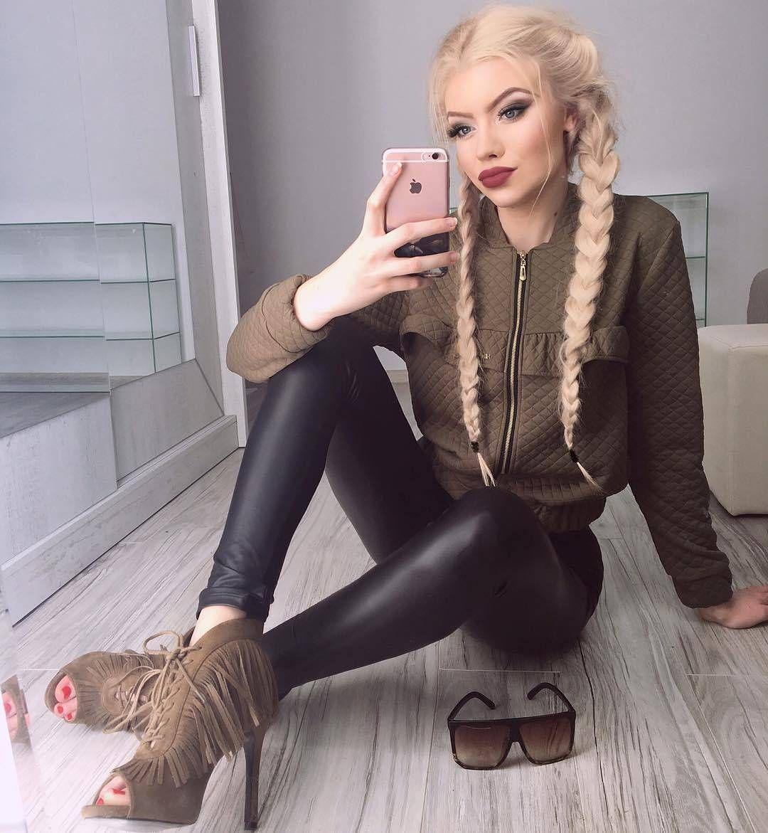 Classy reife hilft blonde babe verkleiden sich
