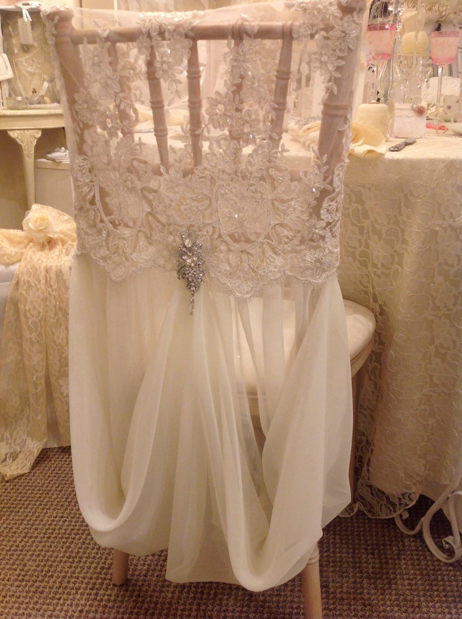 chair back covers wedding leg design beautiful and reception ideas pinterest une jolie decoration pour mariage avec un voilage blanc les chaises beaded lace
