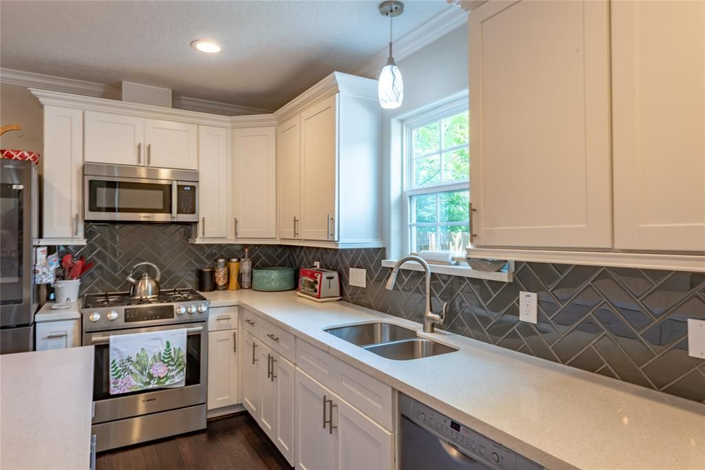 1554 Munger Houston Tx Photo Home Renting A House Kitchen Cabinets