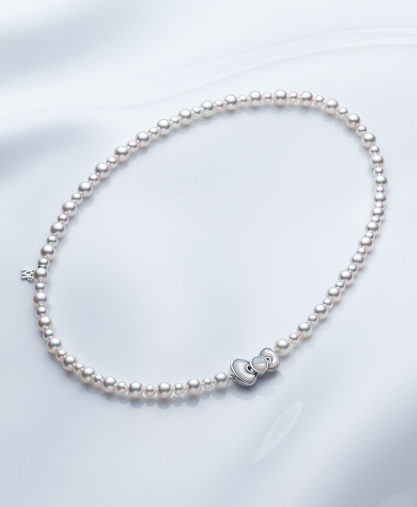 428a47cfb The Akoya pearls full of grace have been chosen rhythmically. Clasp, the  motif of the Hello Kitty ribbon with a white butterfly shell shiny.