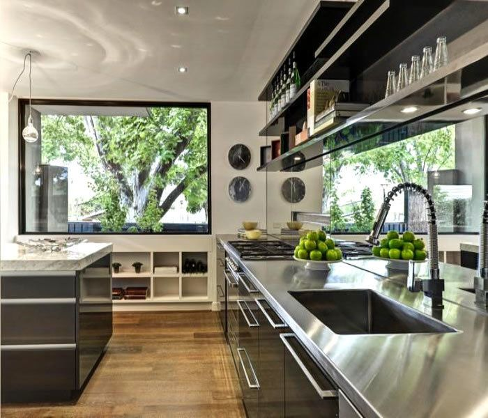 Zrkadlo použité ako obklad pri kuchynskej linke vyžaduje určite intenzívnu údržbu, jeho efekt je však nezameniteľný.