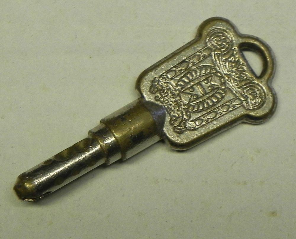 Ancienne clé   porte ou placard bizarre a identifier