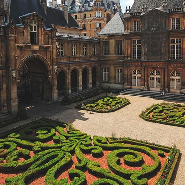 O Carnavalet é outro tesouro da Cidade Luz. O museu, dedicado especialmente à história de Paris, encontra-se numa mansão do século XV e guarda relíquias e obras impressionantes que marcam vários momentos da história da cidade. Seja para contemplar o museu, a arquitetura ou seus jardins maravilhosos, esse passeio é imperdível pra qualquer um apaixonado pela França e pela nossa querida Paris!