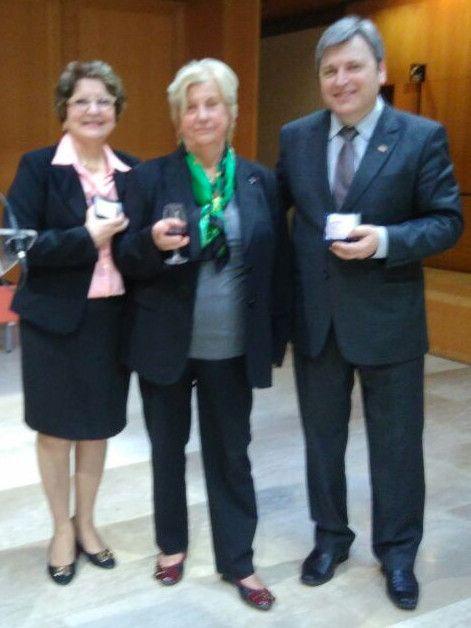 Divulgação - No centro a responsável pela Cátedra Unesco do Vinho, professora emérita da Universidade da Borgonha, Jocelyne Perard, ladeada pelo Chefe da Embrapa Uva e Vinho, Mauro Zanus, e pela professora Rosa Medeiros, representando a UFRGS.