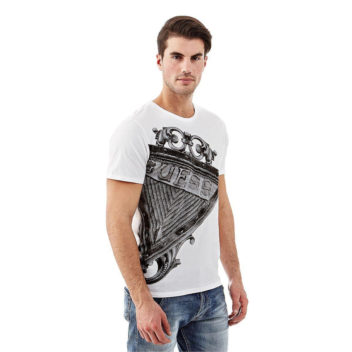 T-Shirt Graphic Oversize    Dieses Rundhals-T-Shirt hat das gewisse Etwas: Der kultige Style ist wie geschaffen für einen trendigen Look. Das Logo-T-Shirt hat einen großen, stylishen Print.    100% Baumwolle.  Maschinenwäsche bei 30°.  Abgebildet ist Größe M, Maße:  Gesamtlänge ca. 65 cm.  Schultern ca. 35 cm.  Fällt größengetreu aus....