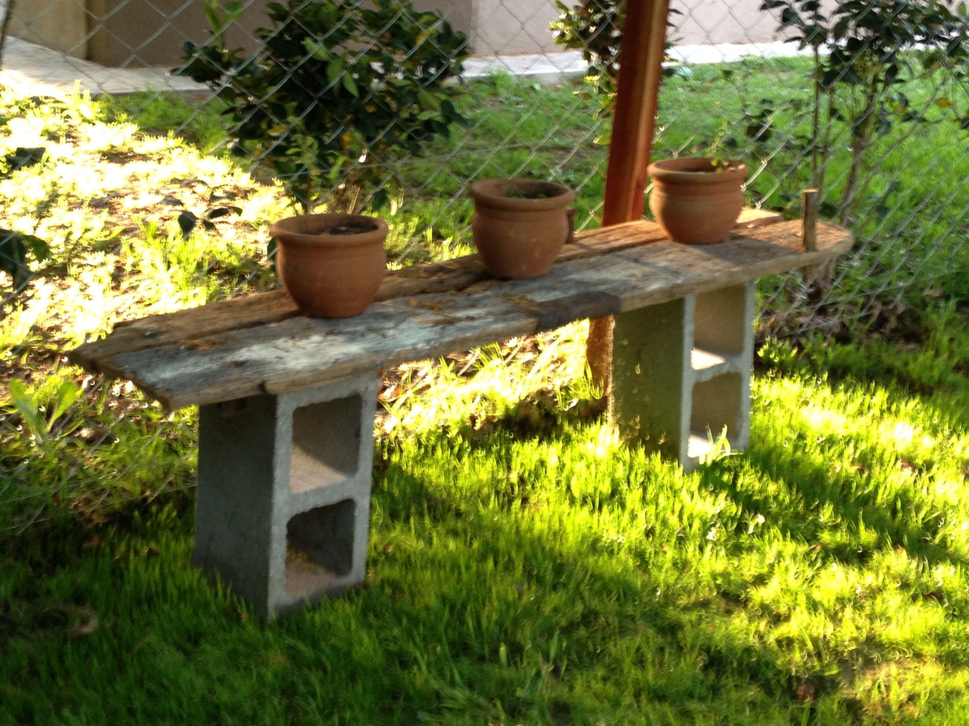 Mesa para macetas en el hermoso jardin de analia viejas for Mesas para jardin