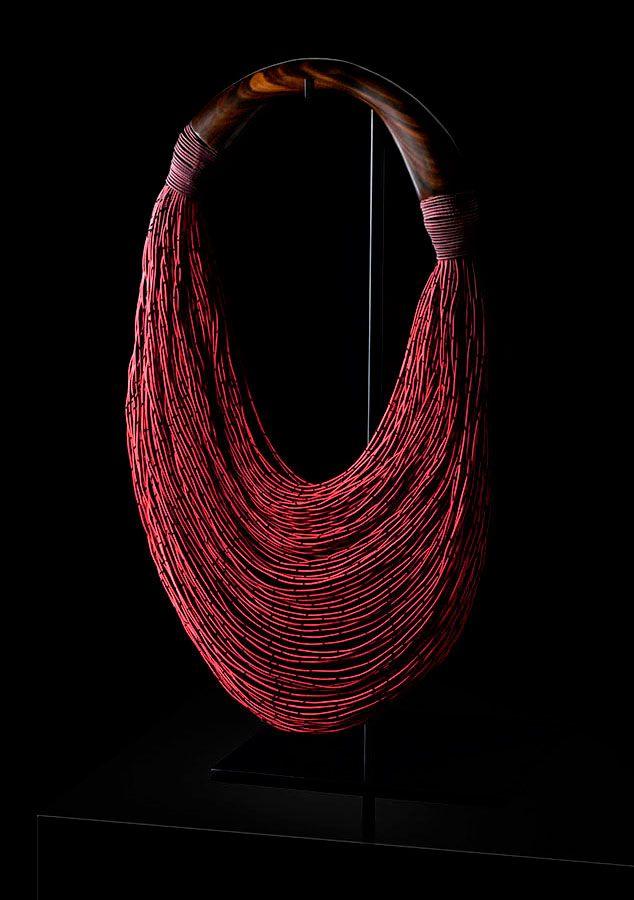 Bolso rojizo asa madera de Mariana Méndez