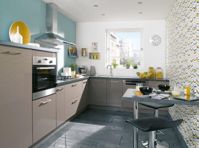 Cuisine Ouverte Avec Mur Bleu Pastel Et Papiers Peints à Motifs - Table de cuisine a conforama pour idees de deco de cuisine