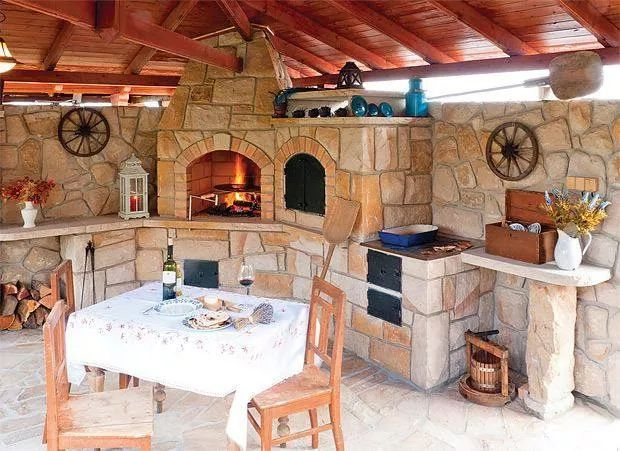 Sommerküche mit rustikalen Akzenten | Hinterhof küche ...