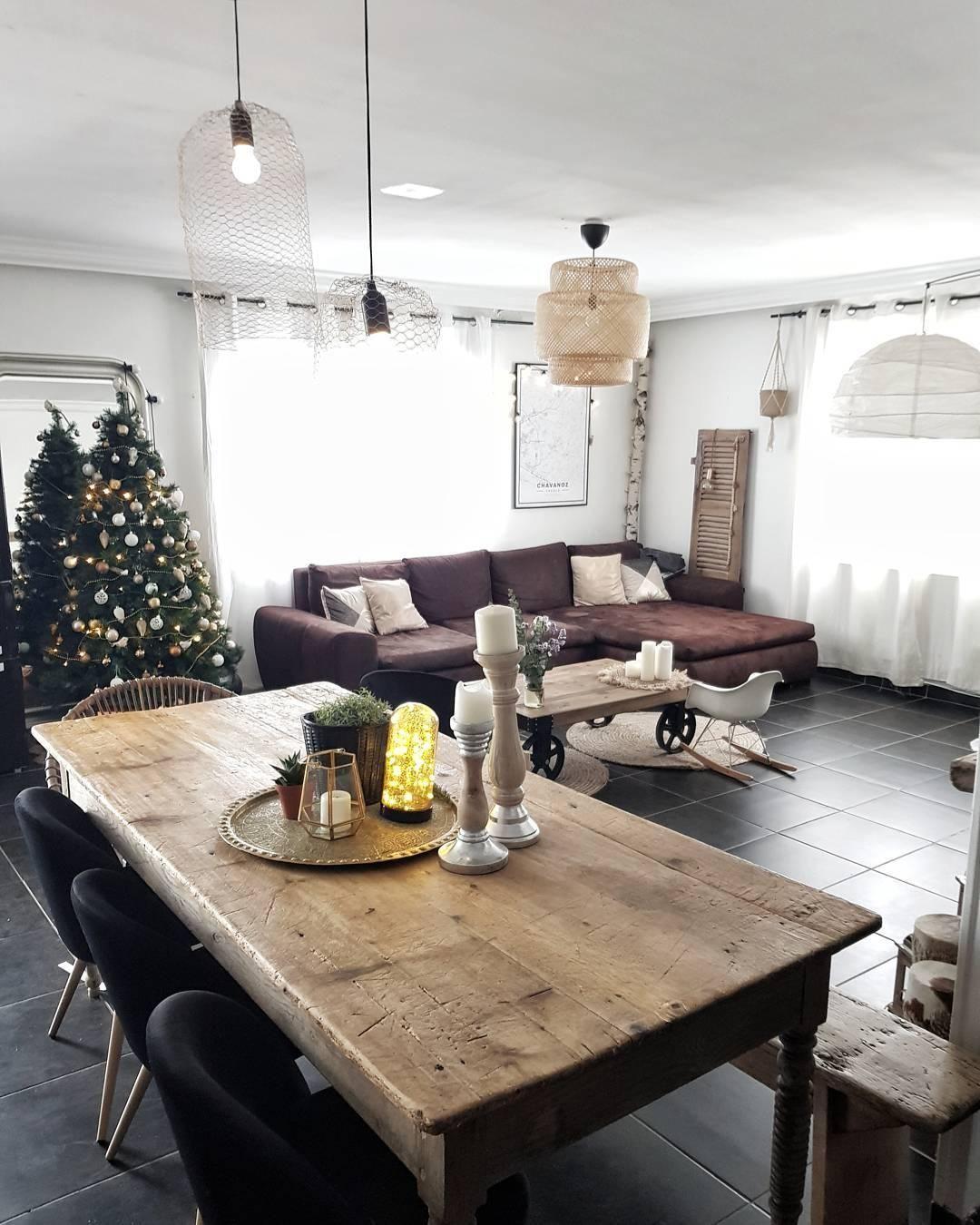 Ein wunderschön geschmückter Weihnachtsbaum und passende Deko