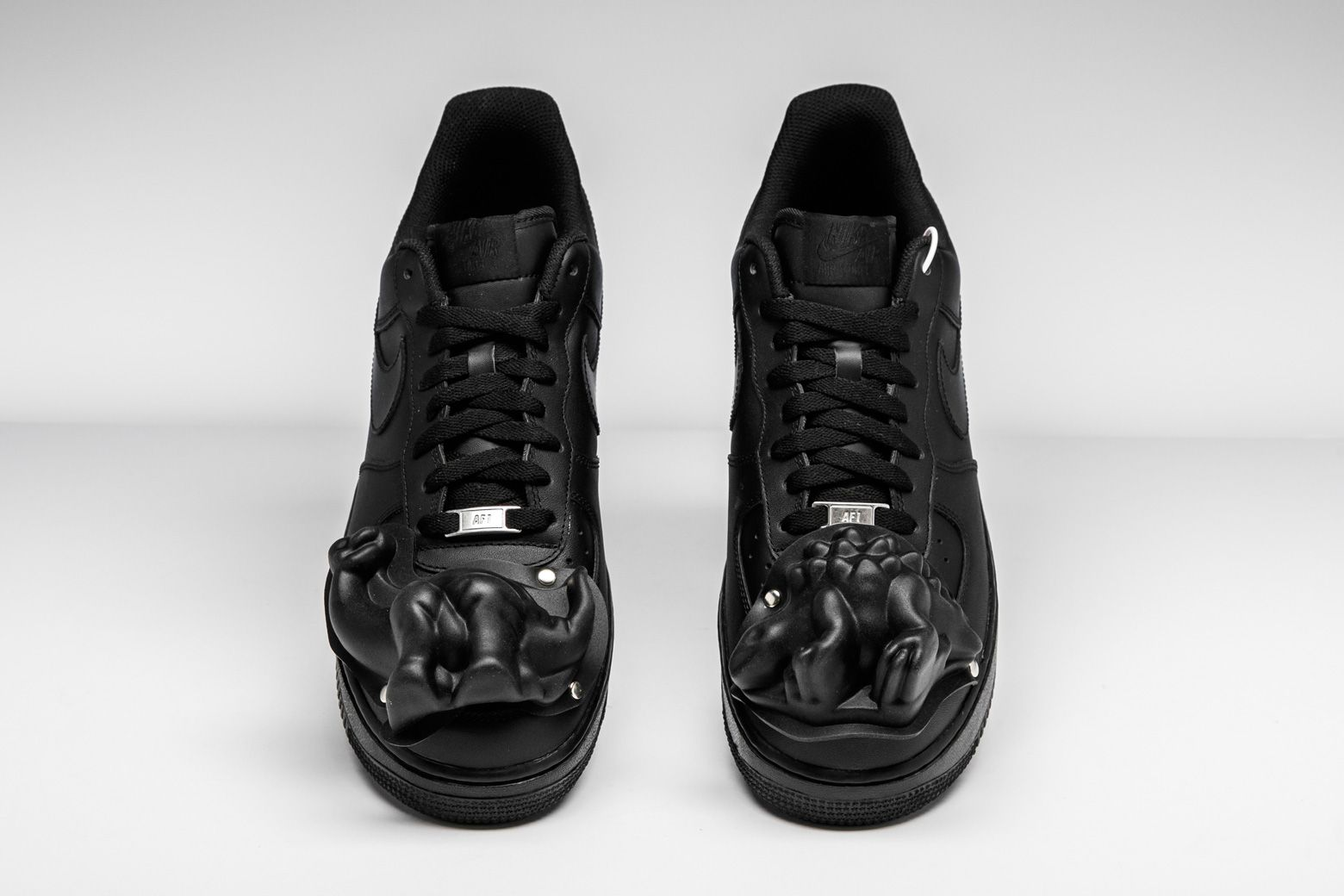 COMME des GARÇONS customized the Air Force 1 Low with a dinosaur mold-like  structure on the toe box. f5e342255e