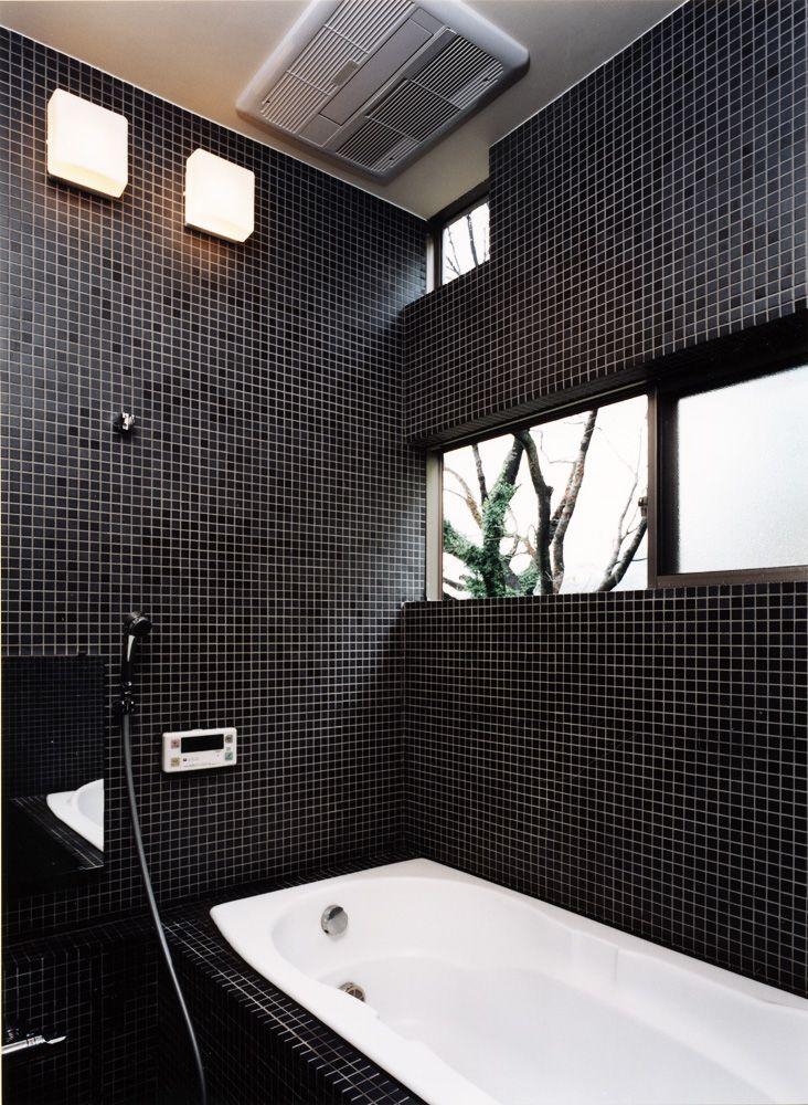 黒のタイルで統一した 窓からの四季を楽しめる在来浴室 白黒のバスルーム 浴室リフォーム バスルームのデザイン