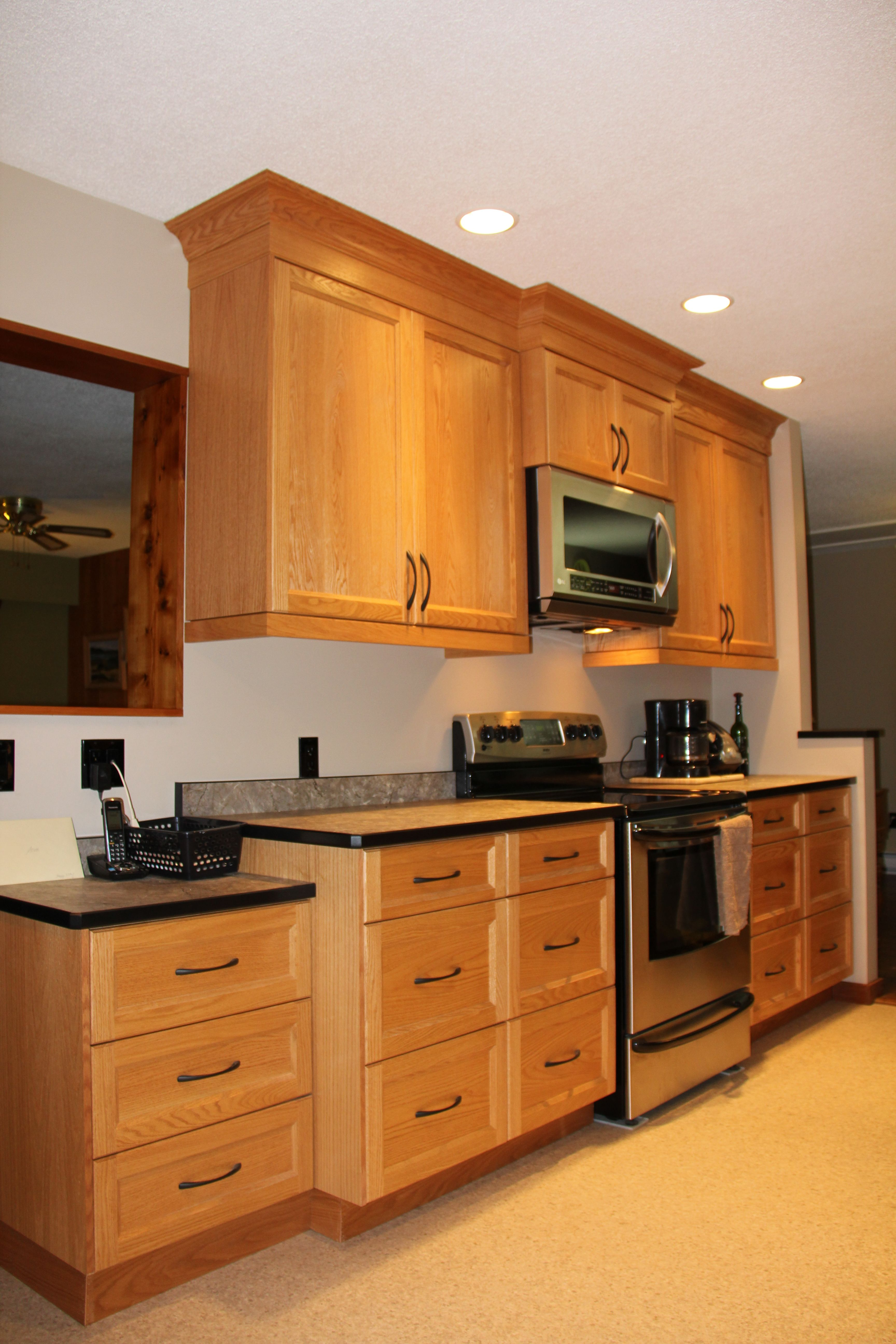 Red oak Shaker style kitchen and a laminate countertop ...