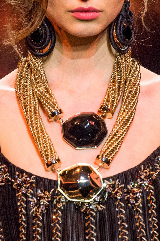 98d243e7b96 Acessórios e joias exuberantes da alta-costura de Paris - Vogue