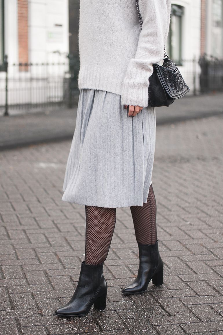 @redreidinghood www.redreidinghood.com Fashion blogger wearing pleated jersey skirt fishnet tight outfit