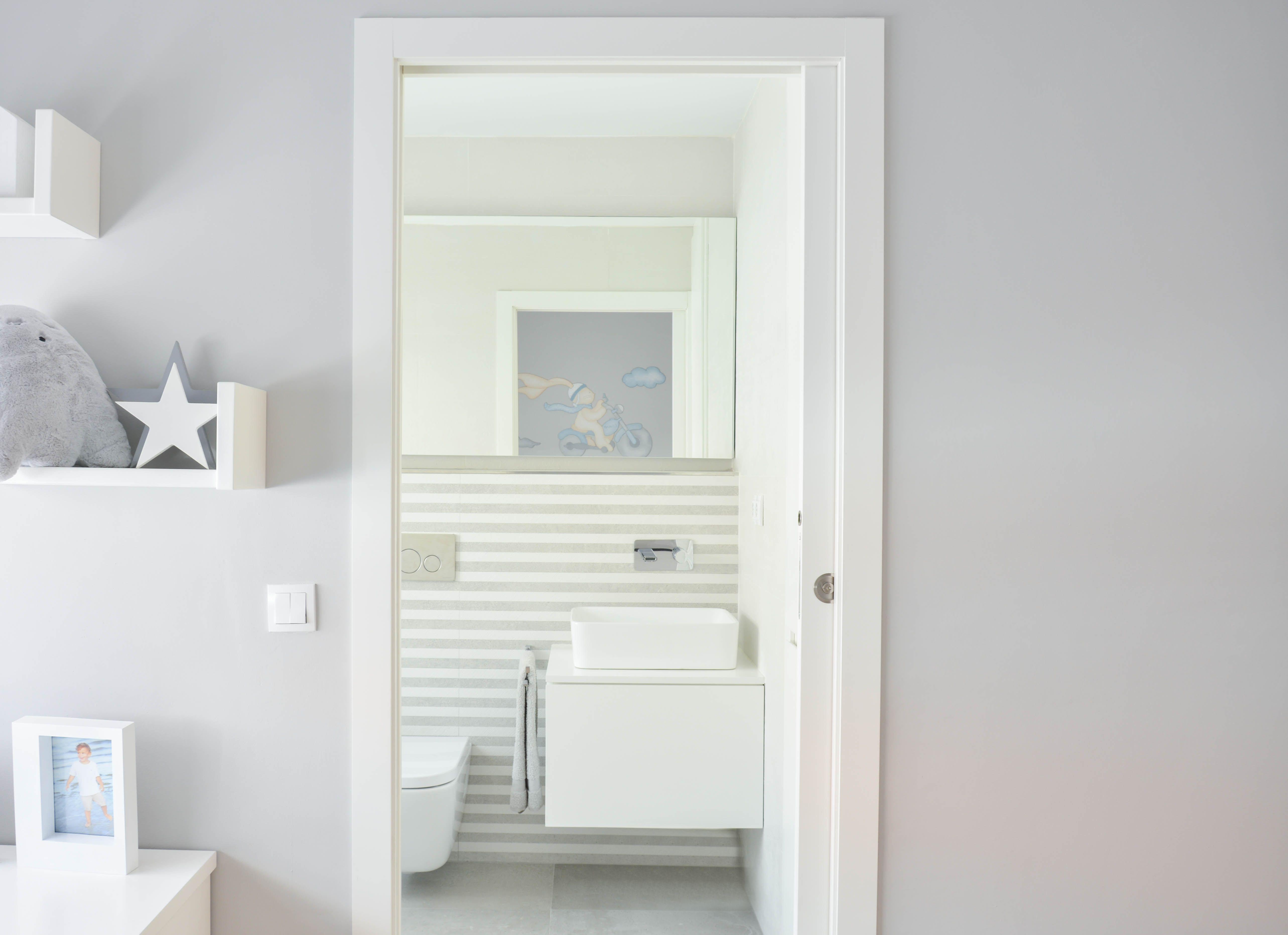 Ba o infantil blanco y gris alicatado porcelanosa dover for Mueble bano lavabo sobre encimera