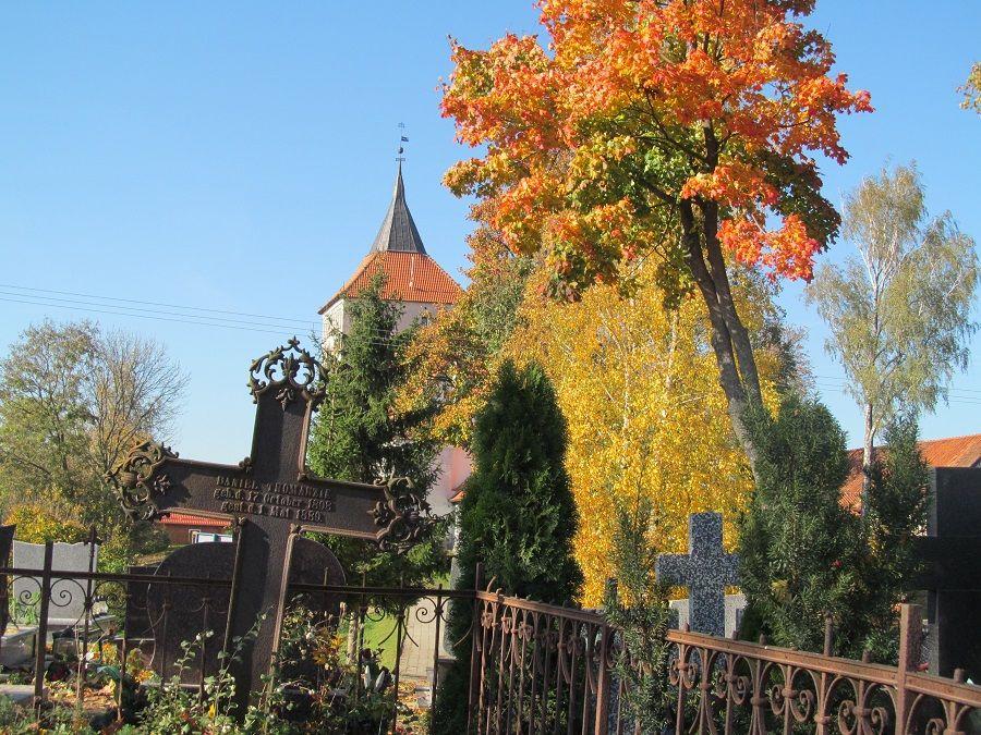 Otoczenie kościoła w Szestnie było użytkowane jako cmentarz, świadczą o tym pozostałe żeliwne krzyże umiejscowione za kościołem po południowej stronie.  www.it.mragowo.pl