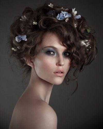 'Flower Girls' von Irina Bordo für Avantgarde Frisuren Frauen | Messy Avantgarde Blüte Hochsteckfrisur | Lockige Frisuren für Frauen